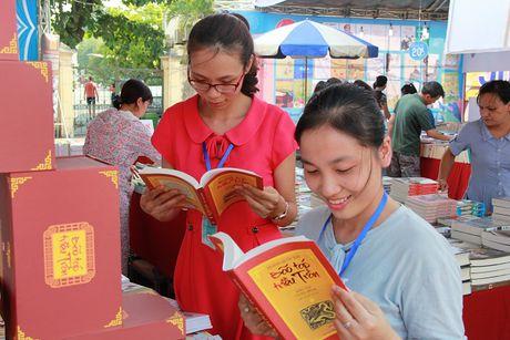 Nhieu noi dung hap dan tai Hoi sach Ha Noi 2016 - Anh 1
