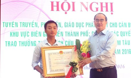 Tang Huan chuong dung cam cho thuyen vien cuu nguoi - Anh 1