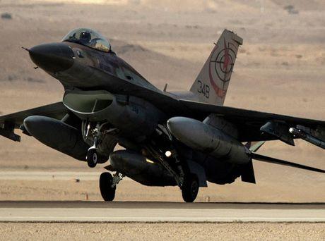 F-16 Israel roi sau khi khong kich Dai Gaza, phi cong thiet mang - Anh 1