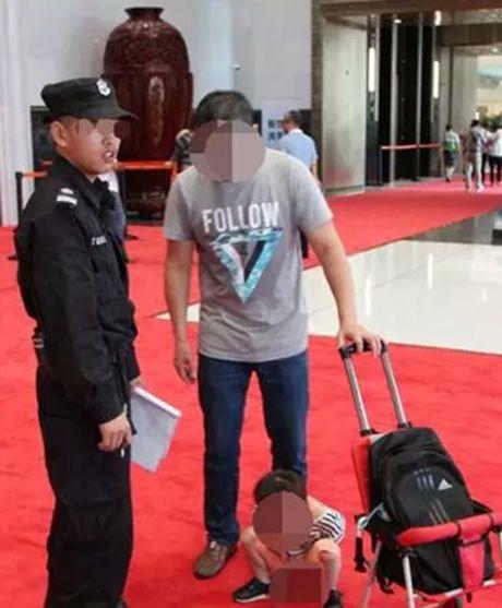 """Ong bo thoai mai de con trai """"te bay"""" tren tham do G20 o Trung Quoc - Anh 1"""