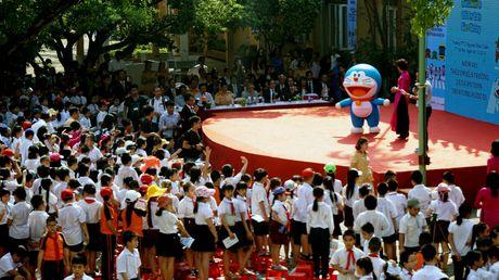 Meo may Doraemon tung bung hoc ATGT cung hoc sinh Thu do - Anh 4