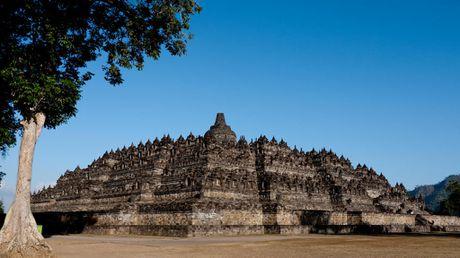 Kham pha Borobudur ky quan Phat giao lon nhat the gioi - Anh 1