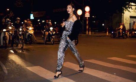 Chi vai phut ngau hung, thay tro Lan Khue - Thu Hien cho ra 1001 cach pose dang an tuong! - Anh 4