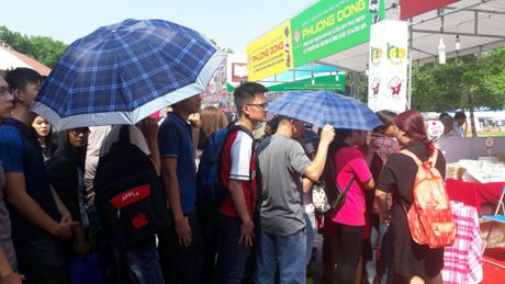 Hoi sach Ha Noi 2016: Doc gia doi nang nong chon sach hay - Anh 1