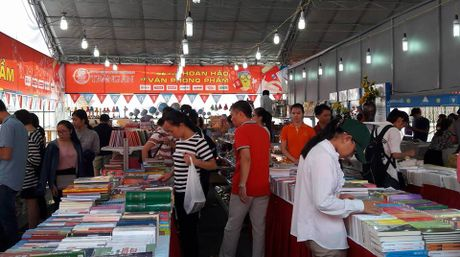 Hoi sach Ha Noi 2016: Doc gia doi nang nong chon sach hay - Anh 2