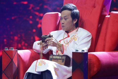 Hoai Linh deo vang day nguoi khi ngoi ghe nong - Anh 1
