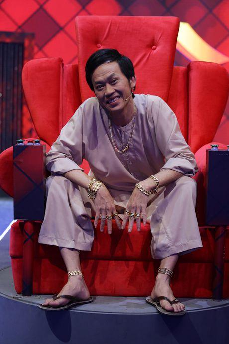 Hoai Linh deo vang day nguoi khi ngoi ghe nong - Anh 3