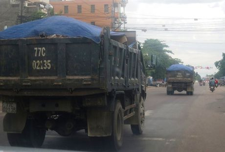 Binh Dinh: Xac minh thong tin xe coi thung 'lam luat' vuot chot CSGT - Anh 1