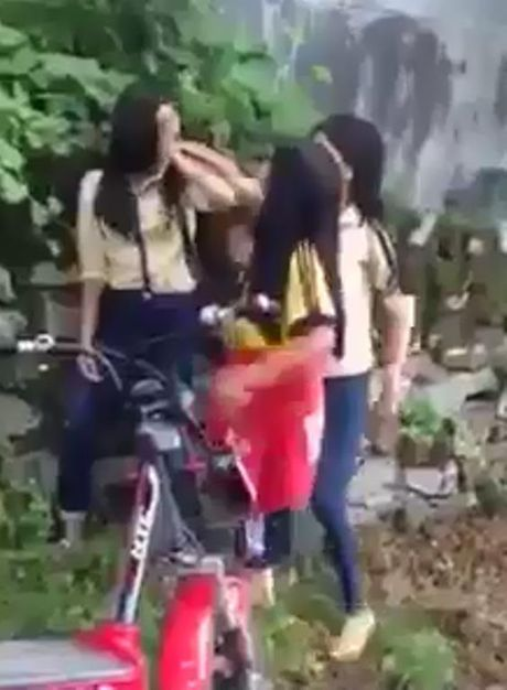 Xon xao clip nu sinh Hue bi 'danh hoi dong' - Anh 2