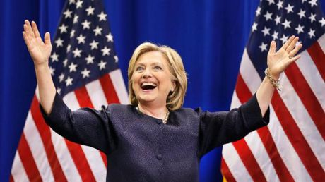 Cuoi chang dua, ba Clinton bong dung 'vo duoc vu khi vang' khien ong Trump 'hoang hot' - Anh 1