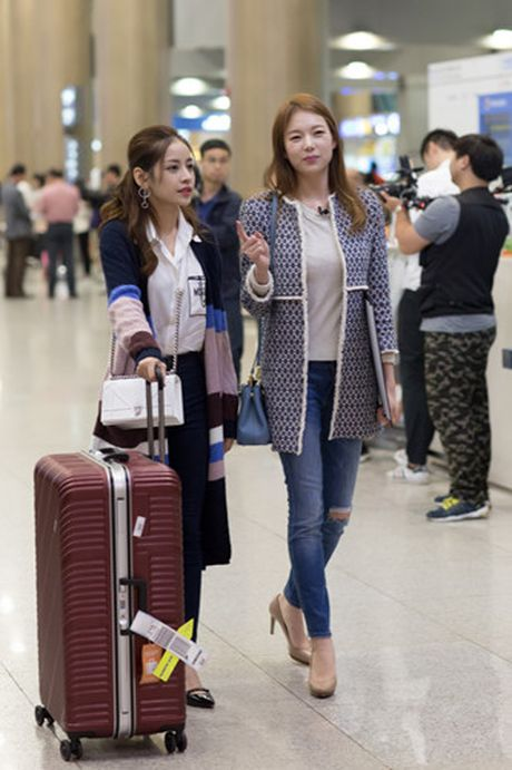 Chi Pu duoc A hau Han Quoc - Lee Sarah ra san bay chao don - Anh 8