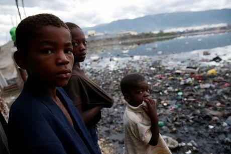 Bao manh khung khiep tan cong, gan 300 nguoi chet o Haiti - Anh 3