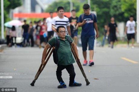 Chuyen doi day nuoc mat cua chang sinh vien 20 nam chong nang - Anh 1