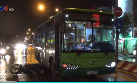 Va cham giua xe may va xe bus, 1 nguoi trong thuong - Anh 1