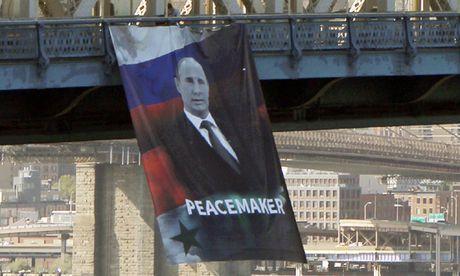 My luong cuong vi bieu ngu ong Putin tren cau cao - Anh 1
