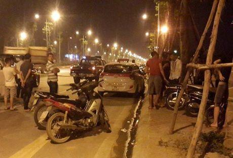 Ha Noi: Nguoi dan khong che nghi pham cua co tai xe cuop taxi - Anh 1