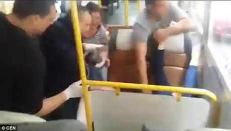 Tai xe, canh sat do de cho san phu tren xe bus gay sot mang xa hoi - Anh 1