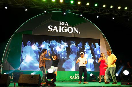 Cup bia Saigon 2016 - san choi day chuyen nghiep cung mau sac ngay le bong da - Anh 4