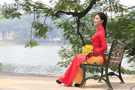 Ngam thieu nu dan toc Co Lao trong trang phuc ao dai co do sao vang - Anh 10
