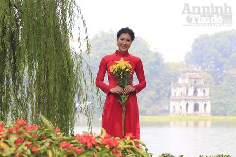 Ngam thieu nu dan toc Co Lao trong trang phuc ao dai co do sao vang - Anh 1