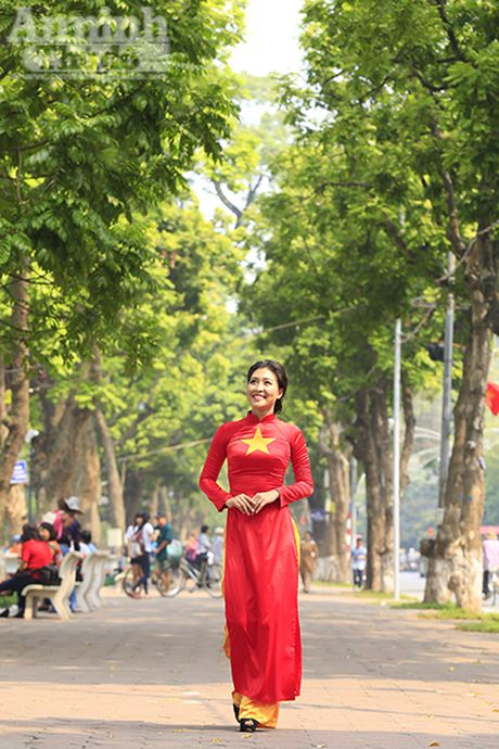 Ngam thieu nu dan toc Co Lao trong trang phuc ao dai co do sao vang - Anh 2