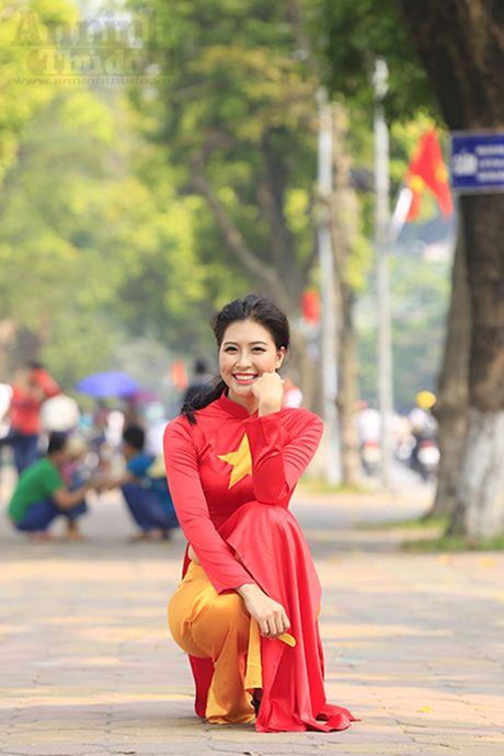 Ngam thieu nu dan toc Co Lao trong trang phuc ao dai co do sao vang - Anh 4