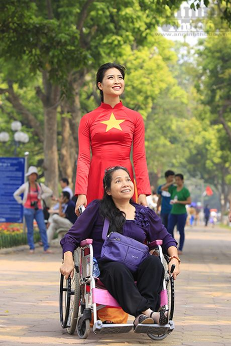 Ngam thieu nu dan toc Co Lao trong trang phuc ao dai co do sao vang - Anh 5