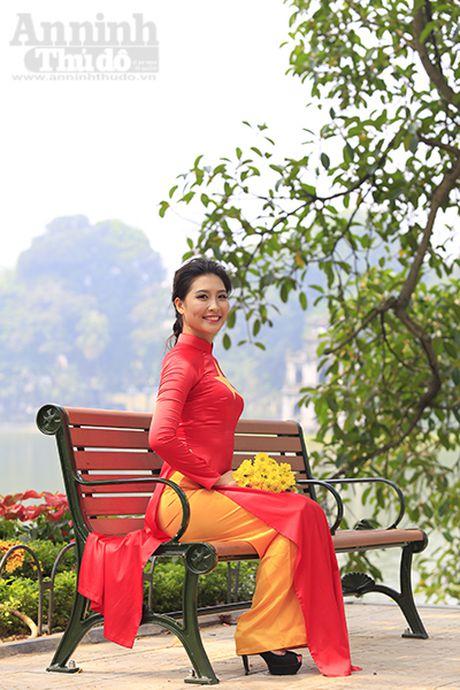 Ngam thieu nu dan toc Co Lao trong trang phuc ao dai co do sao vang - Anh 6