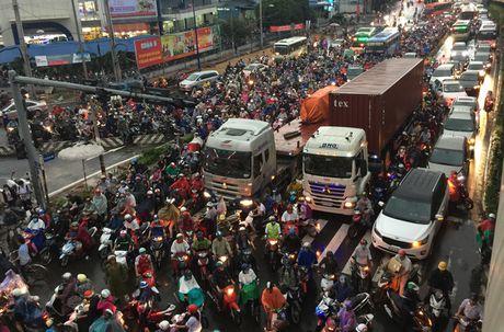 TPHCM: Ket xe khung khiep o cua ngo Sai Gon - Anh 1