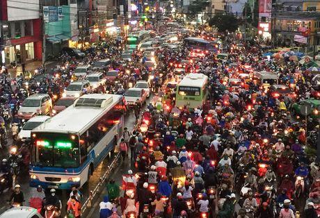 TPHCM: Ket xe khung khiep o cua ngo Sai Gon - Anh 2