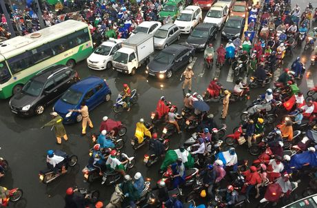 TPHCM: Ket xe khung khiep o cua ngo Sai Gon - Anh 5