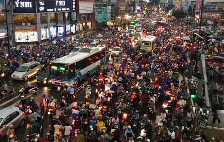 TPHCM: Ket xe khung khiep o cua ngo Sai Gon - Anh 6