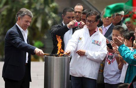 Tong thong Colombia khong biet tin nhan giai vi... dang ngu - Anh 1