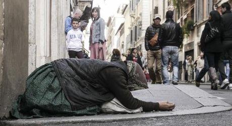 So nguoi ngheo Italy tang gap doi do khung hoang kinh te - Anh 1