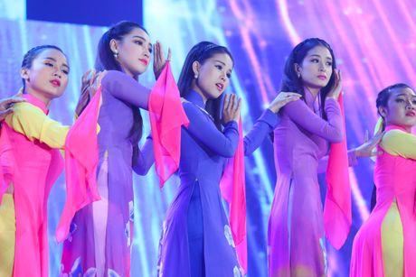 Tran Thanh om ap Hari Won tren san khau - Anh 10