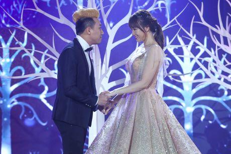 Tran Thanh om ap Hari Won tren san khau - Anh 1