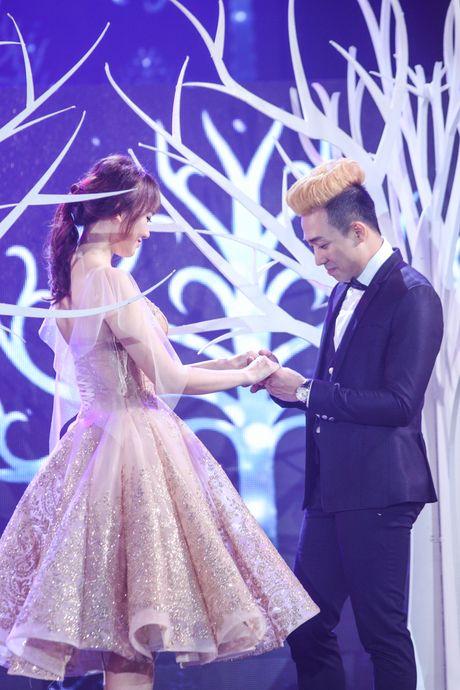 Tran Thanh om ap Hari Won tren san khau - Anh 2