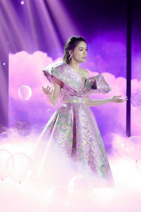Tran Thanh om ap Hari Won tren san khau - Anh 5