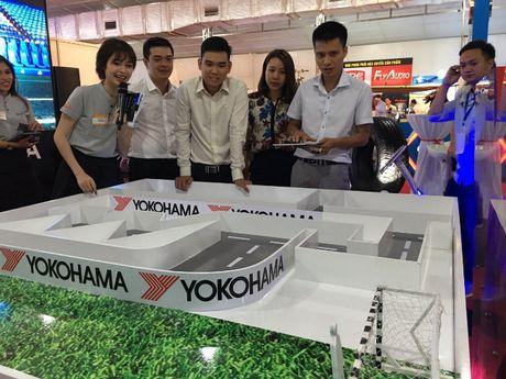Game bong da hut khach tai Vietnam Motor Show - Anh 1