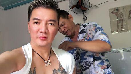 Mr Dam duoc fan lam tho xui... dinh kim cuong vao ben vai trat khop - Anh 2