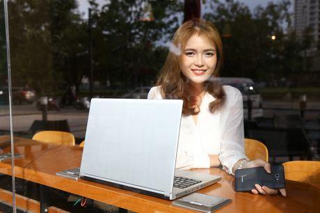 Ngam nguoi dep 'toa nang' cung smartphone Coolpad Roar 3 - Anh 1