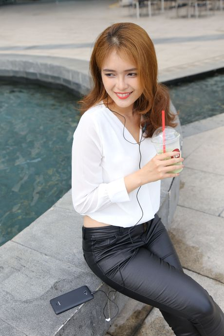 Ngam nguoi dep 'toa nang' cung smartphone Coolpad Roar 3 - Anh 6
