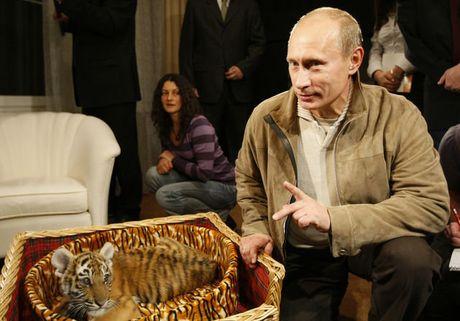 Nu nghi si de xuat tang ong Putin hang tram bong hong dip sinh nhat - Anh 1
