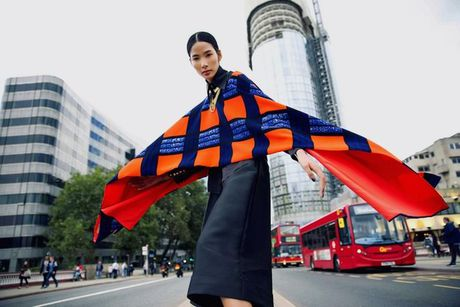 Hoang Thuy khoe style 'chat lu' tren duong pho London - Anh 1