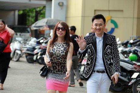 Tin giai tri ngay 8/10: Em gai Hoai Linh lo dien; Mai Ngo lo nhuoc diem - Anh 2