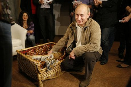 Nu nghi si de nghi tang sinh nhat tram doa hong cho Putin - Anh 1