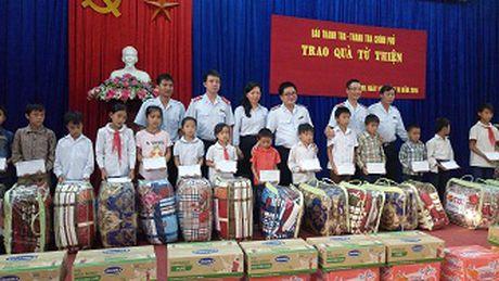 Bao Thanh tra tang qua cho cac em hoc sinh co hoan canh kho khan tai Cao Bang - Anh 1