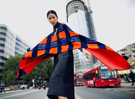 Hoang Thuy khoe street style ruc ro o London - Anh 8
