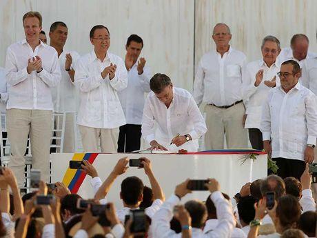 Tong thong Santos doat giai Nobel Hoa binh - Anh 2
