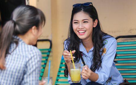 A hau Thanh Tu uong nuoc mia tren via he Sai Gon - Anh 2